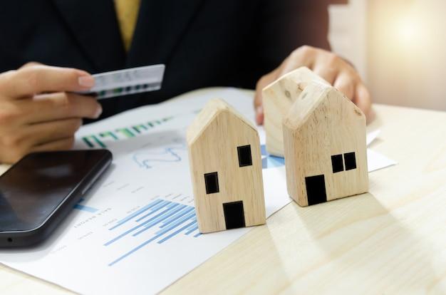 Wykres biznesowy raportu zysków i strat z rynku nieruchomości. płać za rachunki za dom kartą kredytową.