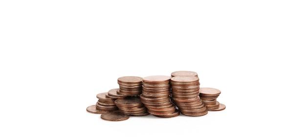 Wykres giełdowy. kupie monet na stosach. koncepcja inwestycji i oszczędzania