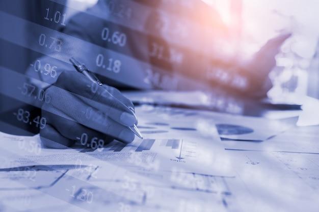 Wykres giełdowy lub forex i wykres świecowy odpowiedni dla koncepcji inwestycji finansowych