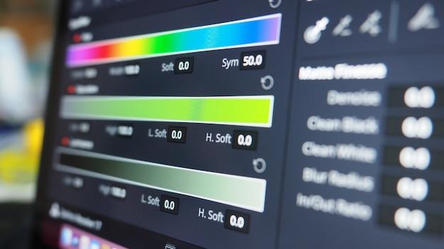 Wykres gradacji kolorów lub wskaźnik korekcji kolorów rgb na monitorze w procesie postprodukcji.