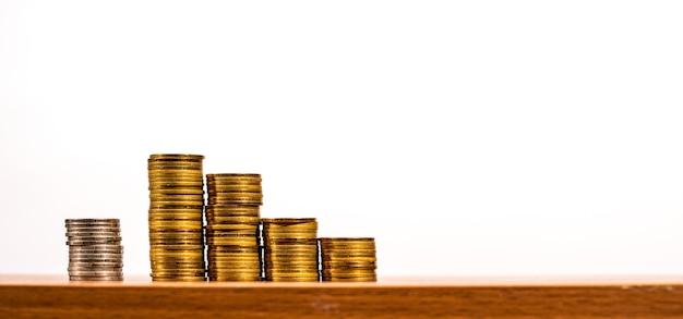 Wykres monety pieniądze, biznes i finanse, człowiek biznesu ustawia monety