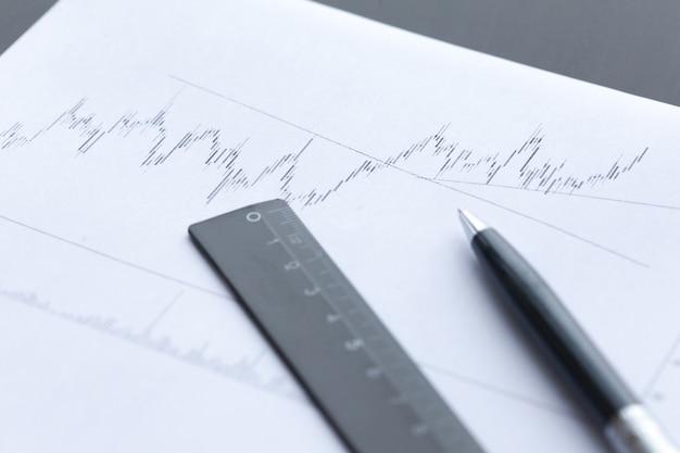 Wykres na papierze z materiałami biurowymi