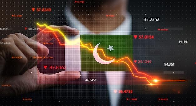 Wykres opadający przed flagą pakistanu. pojęcie kryzysu