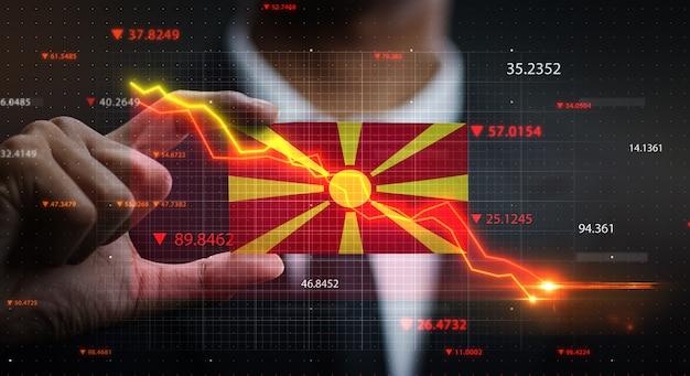 Wykres opadający przed flagą republiki macedonii. pojęcie kryzysu