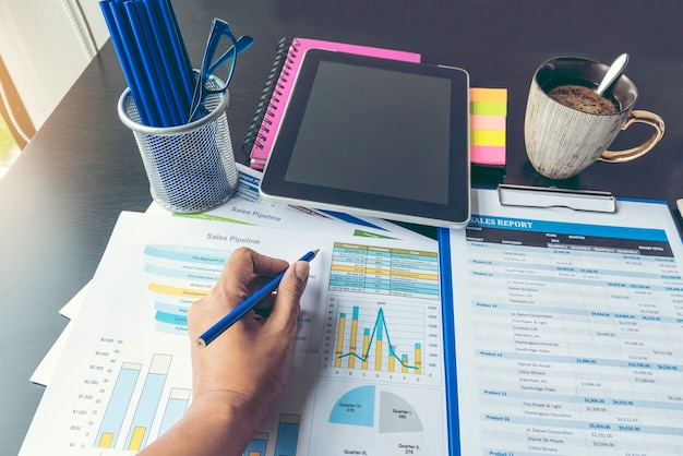 Wykres programu excel z dokumentem arkusza kalkulacyjnego przedstawiający informacje finansowe koncepcji uruchomienia. planowanie finansowe sporządzanie księgowego raportu bazy danych. wykresy i wykresy na ekranie z zestawami materiałów biurowych