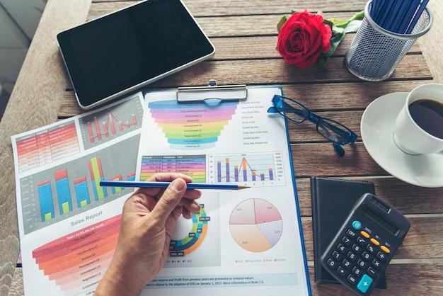 Wykres programu excel z dokumentem arkusza kalkulacyjnego przedstawiający informacje koncepcja uruchomienia finansowego.