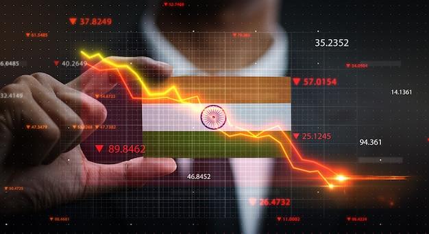 Wykres spada przed flagą indii. pojęcie kryzysu