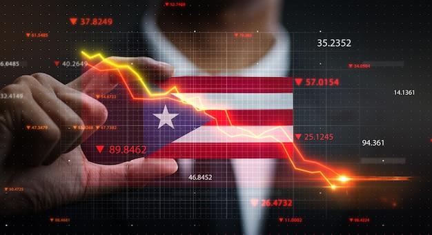 Wykres spada przed flagą puerto rico. pojęcie kryzysu