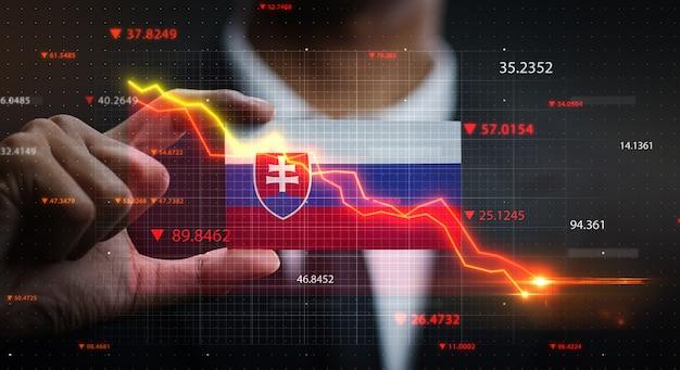 Wykres spada przed flagą słowacji. pojęcie kryzysu