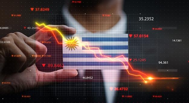 Wykres spada przed flagą urugwaju. pojęcie kryzysu