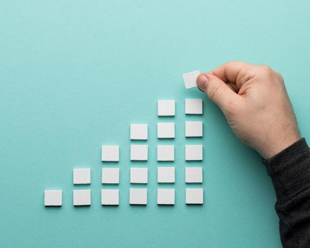 Wykres wykonany z białych małych kart