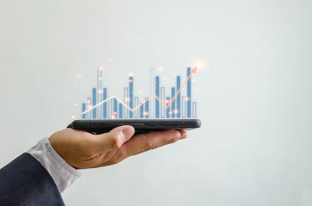 Wykres wzrostu planowania biznesowego rośnie wraz z wykresem finansowym na smartfonie. technologia komunikacji cyfrowej