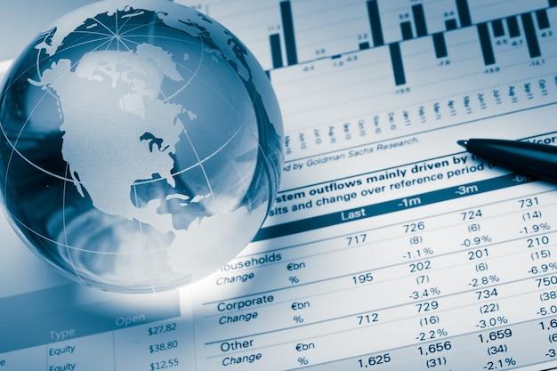 Wykresy biznesowe i wykresy ze szklaną kulą