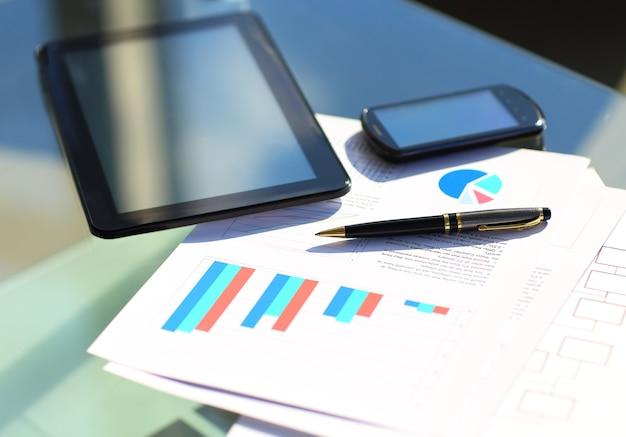 Wykresy finansowe na stole