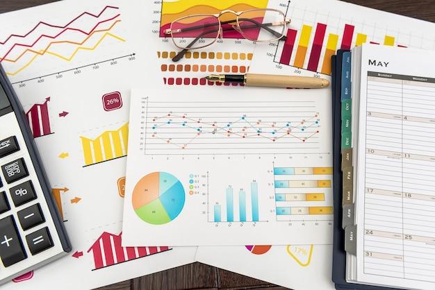 Wykresy finansowe, praca w papierowym diagramie biznesowym za pomocą pióra, w biurze. rachunkowość rynku wykresów