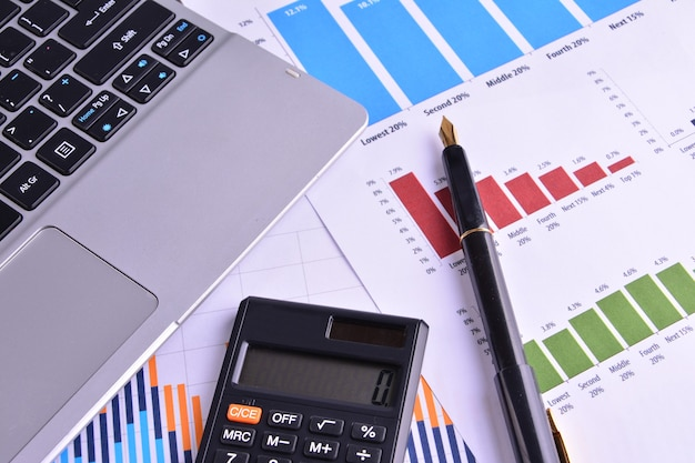 Wykresy, wykresy, tabela biznesowa. miejsce pracy ludzi biznesu