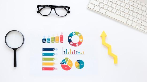 Wykresy z rozwojem gospodarki na biurku