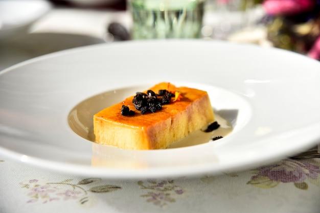 Wykwintne słodkie ciasto podawane jako deser podczas uroczystej gali dla smakoszy