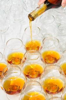 Wylewanie brandy lub koniaku