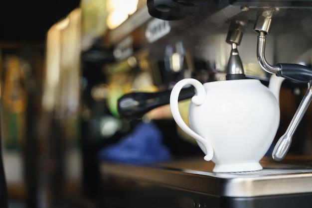 Wylewanie gorącej wody z urządzenia do mieszania kawy