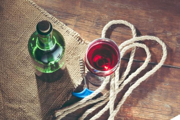 Wylewanie kieliszek do wina czerwonego na drewnianym stole