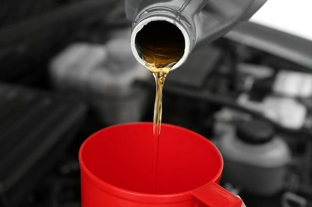 Wylewanie oleju silnikowego z kanistra, zbliżenie