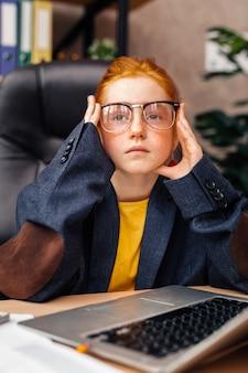 Wymarzona praca. ładna, dobrze wyglądająca dziewczyna myśli o swojej przyszłej pracy, jednocześnie chcąc zostać bizneswoman