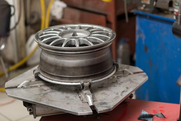 Wymiana koła montażowego opony samochodowej bez naprawy opony
