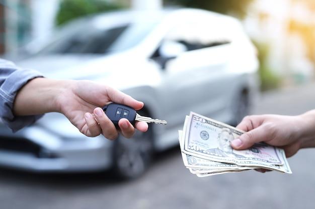 Wymiana pieniędzy i kluczyki do samochodu handel samochodami i pożyczki