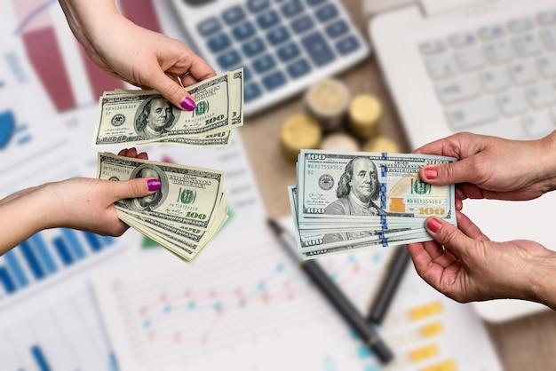 Wymiana pieniędzy rękami kobiety, z bliska