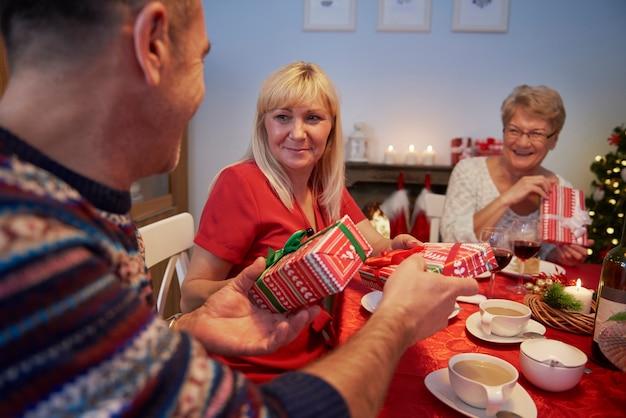 Wymiana prezentów świątecznych podczas wigilii