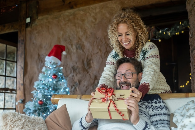 Wymiana prezentów w święta bożego narodzenia w domu