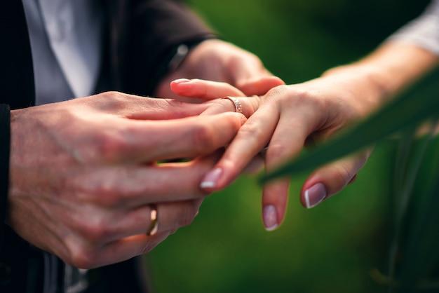 Wymień pierścienie na ślubną rejestrację małżeństwa między narzeczoną