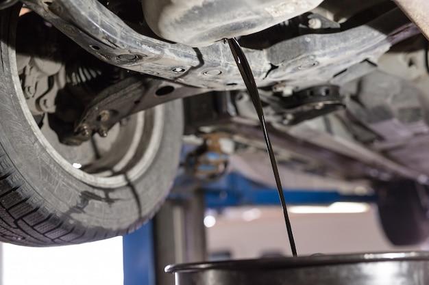 Wymień stary olej silnikowy do samochodu