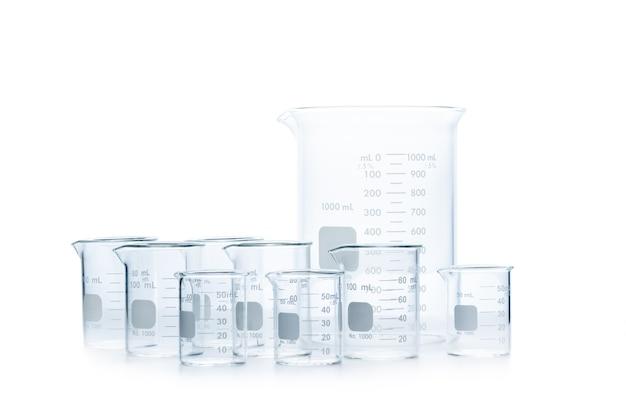 Wymieszać rozmiar zlewek pomiarowych do eksperymentu naukowego w laboratorium na białym tle