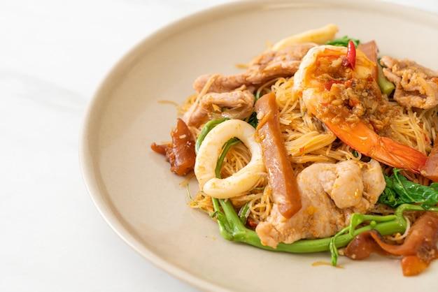 Wymieszać, smażony makaron ryżowy i mimozy wodnej z mieszanką mięs, azjatyckie jedzenie