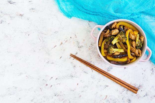 Wymieszać smażyć kurczaka, brokuły i pieprz