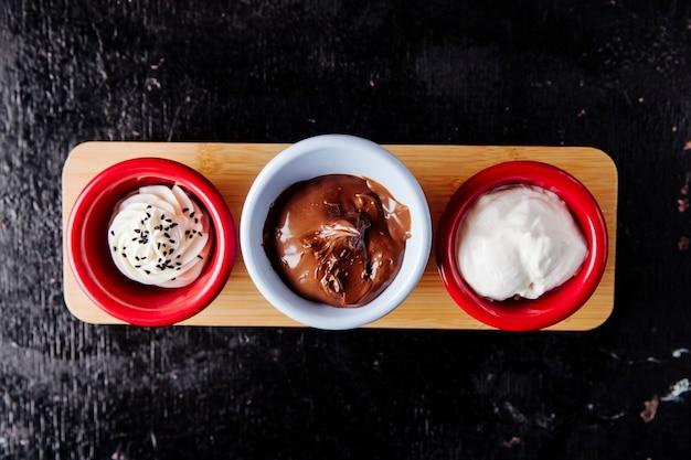 Wymieszać sosy kremowy ser czekoladowy krem suzima widok z góry