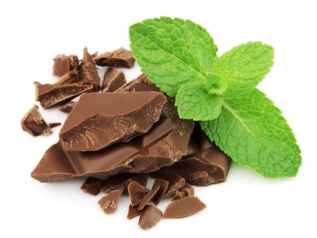 Wymieszaj czekoladę i miętę z bliska na białym tle