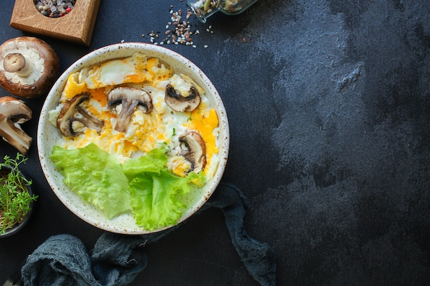 Wymieszaj jajka sadzone z grzybami omletowymi