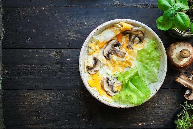 Wymieszaj jajka sadzone z grzybami