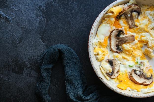 Wymieszaj jajka sadzone z pieczarkami