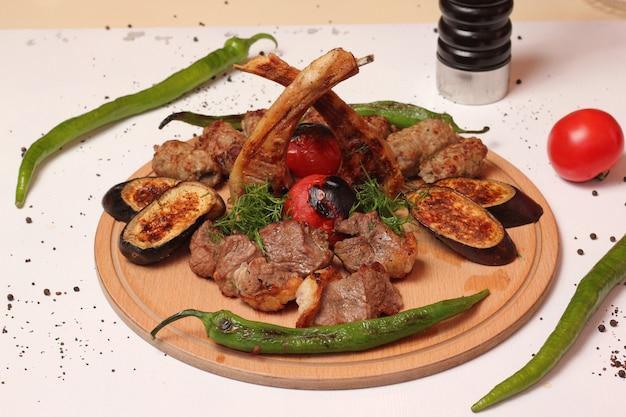 Wymieszaj kebab tika lula żeberka bakłażan pieprz pieprz widok z boku