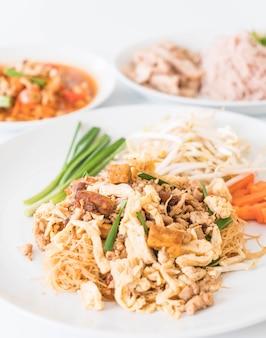 Wymieszaj makaron w thai stylu