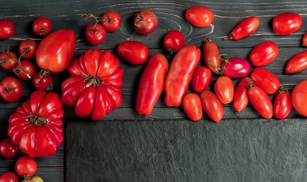 Wymieszaj pomidory. kilka odmian pomidorów w letni dzień. różnego rodzaju różne kolorowe pomidory.