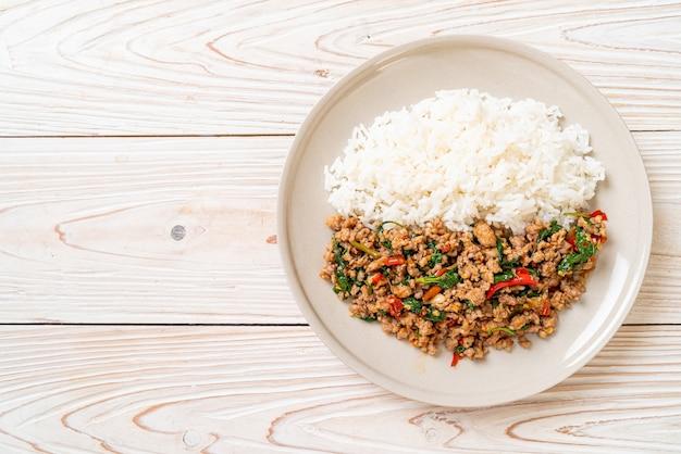 Wymieszaj smażoną tajską bazylię z mieloną wieprzowiną i chilli na wierzchu ryżu, tajskie lokalne jedzenie