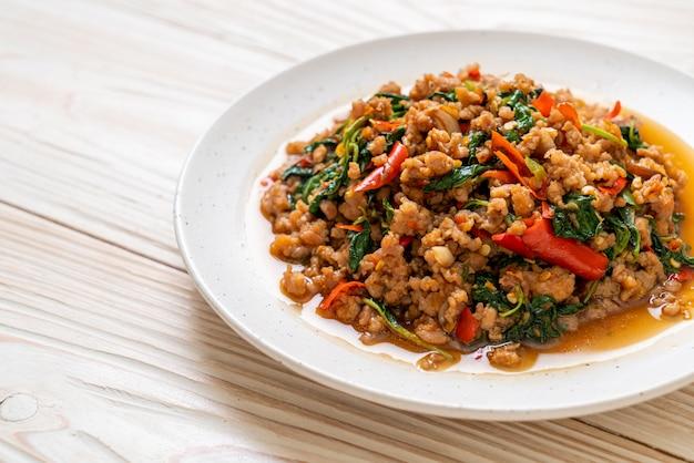 Wymieszaj smażoną tajską bazylię z mieloną wieprzowiną i chilli, tajskie lokalne jedzenie