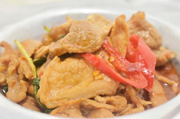 Wymieszaj smażoną wieprzowinę z bazylią tajską