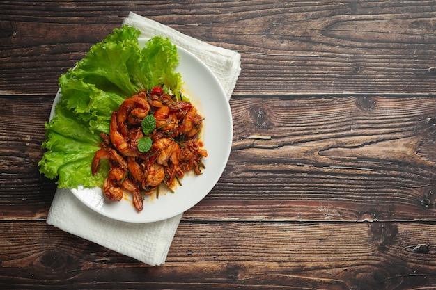 Wymieszaj smażone krewetki z pastą chili