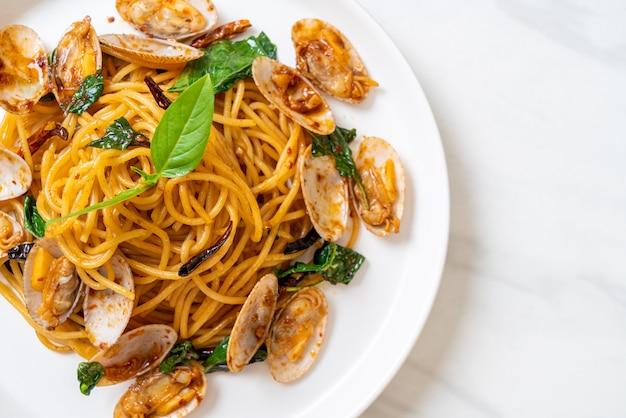 Wymieszaj smażone spaghetti z małżami i czosnkiem i chilli - kuchnia fusion